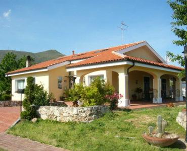 Ceriale bellissima villa con giardino €. 460.000 ;